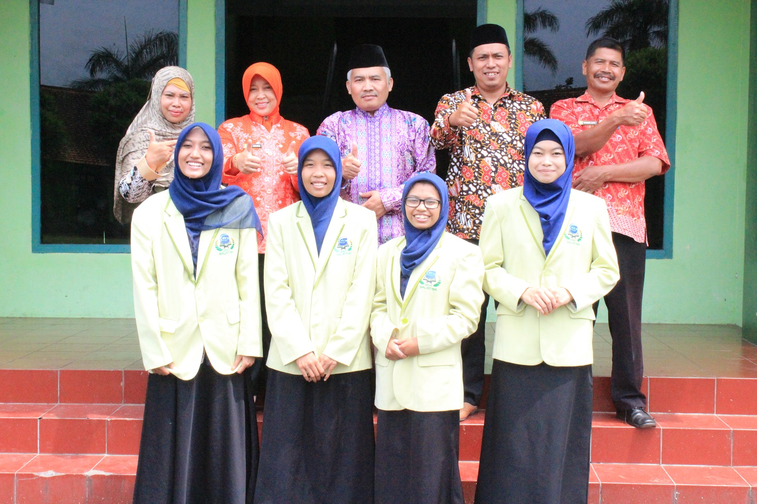 Foto Bersama dari kiri ke kanan: Dra. Astuti Sakdiyah, M.Pd., Dra. Winarni (Kepala Sekolah SMA Kartika III-1), Drs. Abdul Syukur, M.Si., Edi Kuswanto, S.Pd.I., Purwanto dan Tim Fiqh Wanita (berjas)