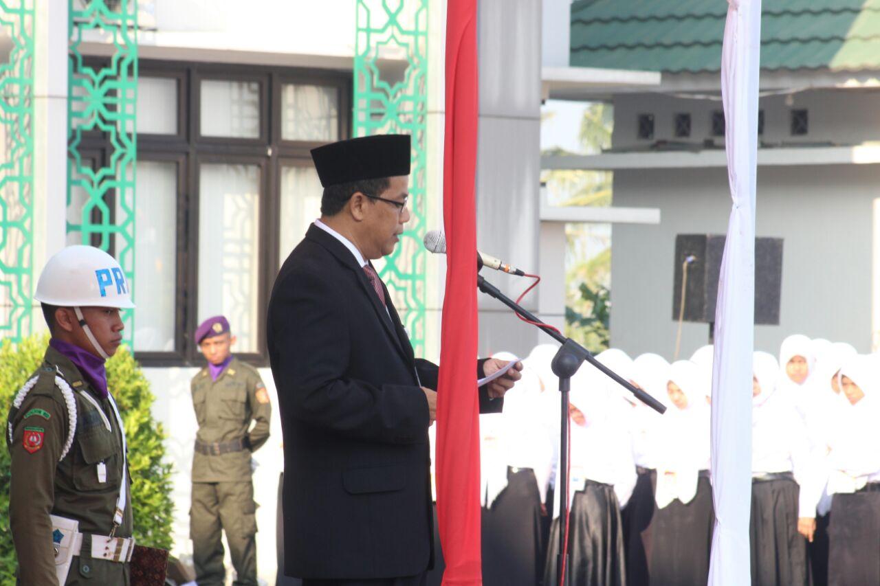 Rektor IAIN Salatiga bacakan puisi di depan para peserta OPAK 2017