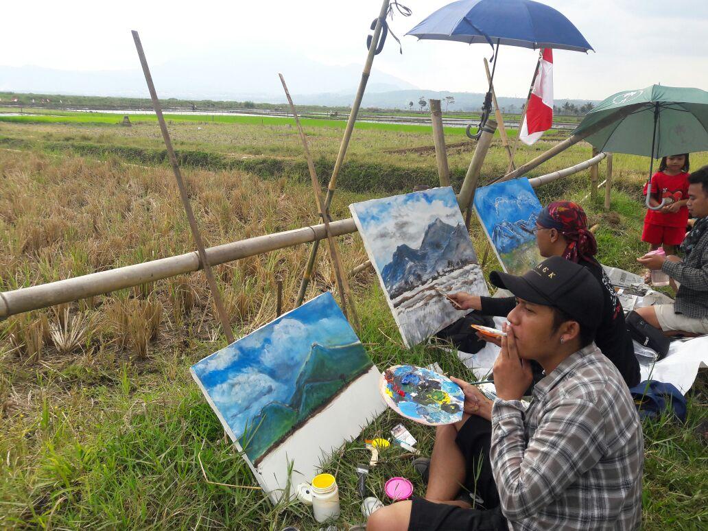 Para pelukis berjejer di pematang sawah. (Zam/Dok. Dinamika)